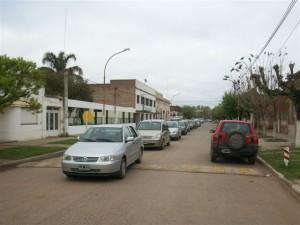 Más de 50 autos en la caravana que recibió a Irina.