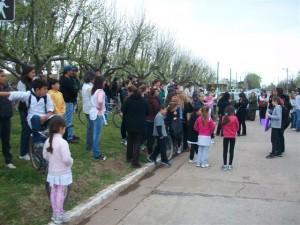 Gran cantidad de vecinos en la Plaza Gral. San Martín por la llegada de Irina.