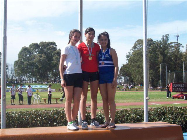 Irina junto a la segunda y tercera en su categoría.