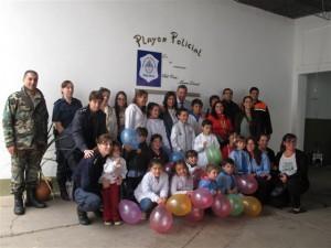 Niños del Jardín J.I.R.I.M.M. Nº 8  de la Escuela Nº 16 de visita en la Comisaría de Chacabuco.