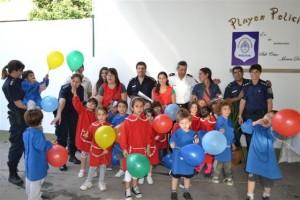 Los nenes de 5º grado del Jardín Pinocho en la Comisaría de Chacabuco.