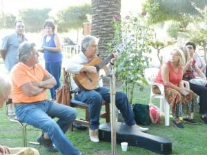Alberto Burgos y Omar Nieto interpretando sus canciones.