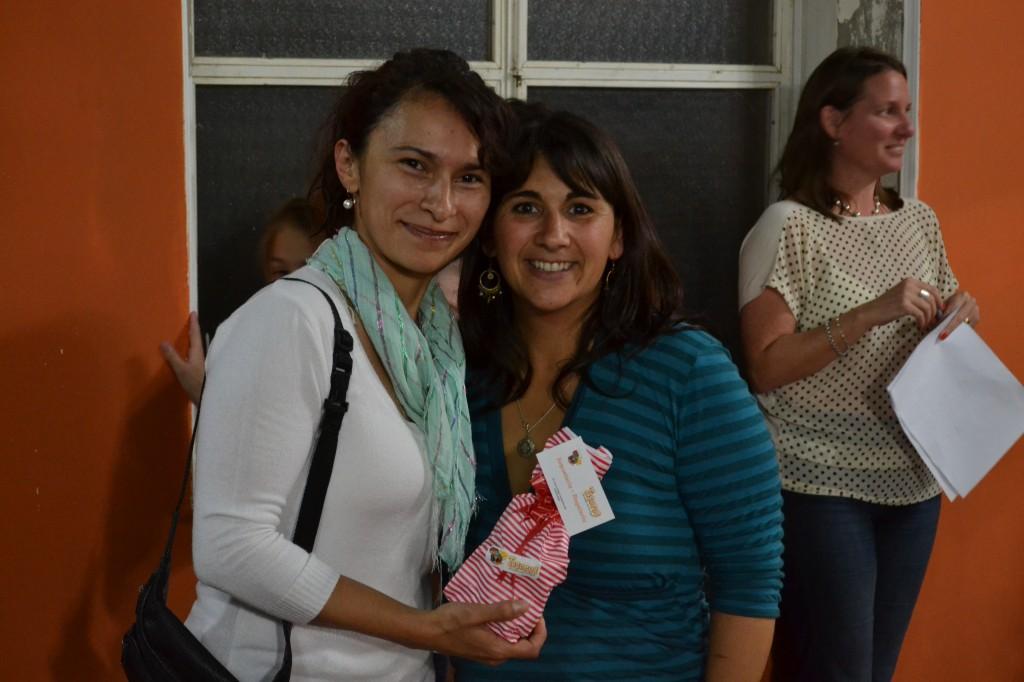 Magáli Zeña, elegida Reina del gimnasio, recibe un presente.