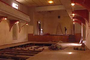 La sala y el frente del teatro de Rawson fueron restaurados. Para la fiesta de reinauguración se vendieron entradas casa por casa y se montó una obra en la que intervinieron actores de la Capital. Foto: Jorge Bosch