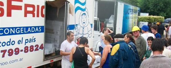 Los camiones pertenecientes al programa Lácteos y Carnes para Todos frente a la Delegación Municipal de Rawson.