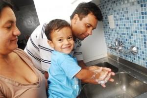 Lavarse las manos ayuda a prevenir enfermedades.