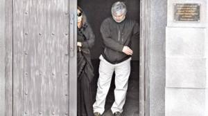 Lázaro Báez saliendo con la Presidenta Cristina Kirchner del mausoleo de Néstor Kirchner. El empresario pagó la tumba donde descansa el ex presidente, su amigo.