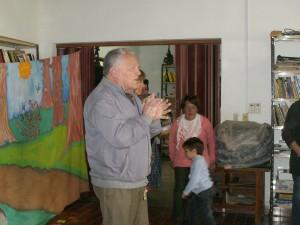 El presidente de la Biblioteca Popular Dr. Norberto Pérez, dando la bienvenida a la Maratón de Lectura.
