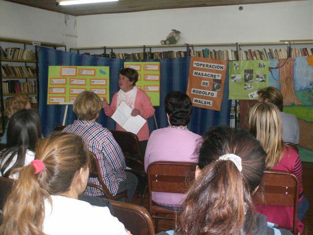 Integrante de la comisión de la Biblioteca, Sra. Norma A. de Faccinetti, narrando un cuento.