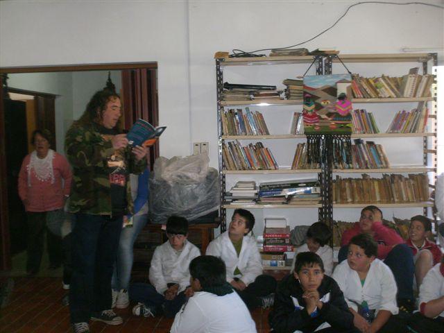 El Sr. Juan José Praszczurowicz leyendo un cuento a los alumnos del turno mañana de la Escuela N°11.