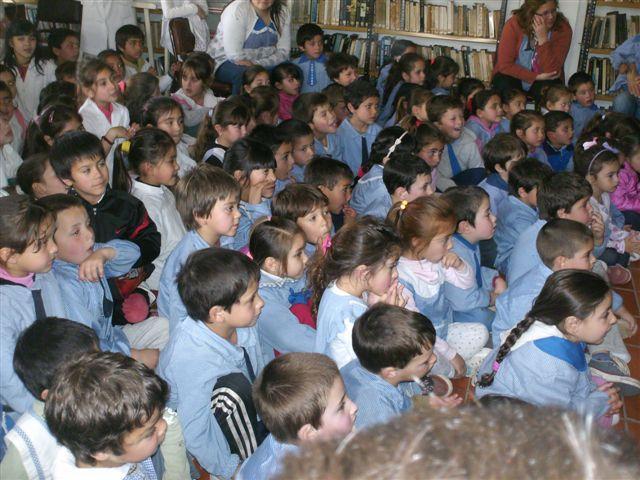 Alumnos de la escuela primaria y jardín, disfrutando de narraciones orales.