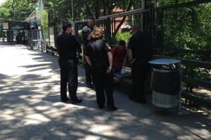 El joven, rodeado por cuatro policías; también se ven los elementos de limpieza. Foto: Víctor Pombinho