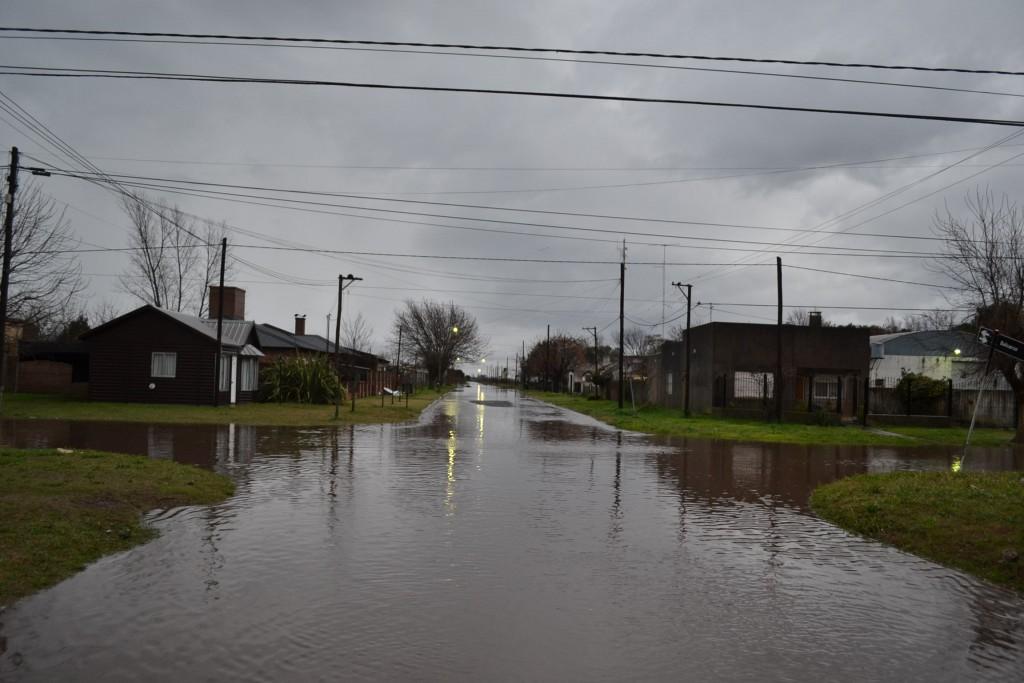 6/8/15- Son varios los sectores de Rawson que se hayan anegados por el agua, debido a las precipitaciones pluviales que desde las 21 horas de anoche y hasta las 9 de hoy, marcaron en los pluviómetros 95 milímetros. Avenida Perón, calle Balcarce, Reconquista, Julio A. Roca, avenida Chacabuco, Ruta Provincial 42, Urquiza, Mitre, Primera Junta, Carlos Pellegrini, Pueyrredón, Santa Fe; son algunas de las arterias que están cubiertas de agua. Noticia en desarrollo.