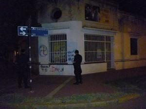 Frente del local de Propuesta Peronista Chacabuco que fuera pintado con graffitis.