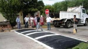 Martínez le muestra a Barrientos el reductor de velocidad construido.