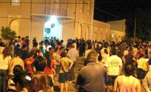 Vecinos de Los Toldos frente a la sede policial.