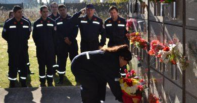 Ofrenda floral para el homenaje a Leandro Quevedo