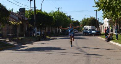 Oscar Cabral, llegando a la meta.