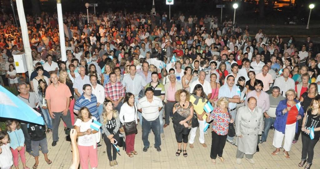 Imagen de quienes marcharon , frente al Municipio. Foto gentileza: Marcelo Farías.