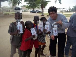 La foto de un funcionario junto a niños angoleños que desata polémicas.