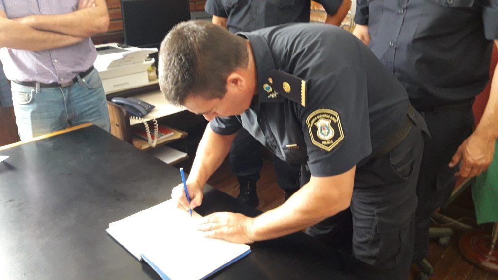 Subcomisario, Julio Santiago Monserrat, firmando el libro