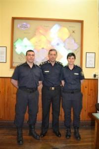 Los Oficiales Principales Santiago Julio Monserrat  y  Yanina Martino junto a Rubén Oscar Benítez, Comisario Inspector, Jefe Distrital Chacabuco.