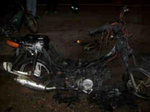 Estado en que quedó la moto incendiada intencionalmente por su dueño
