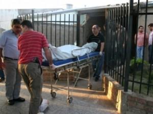 Sanidad policial de la URII retira el cuerpo de la víctima. Detrás se observa al Juez de Control sustituto Diego Ambrogetti y al Fiscal Alejandro Gilardenghi.