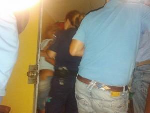 La mujer en cuestión, es contenida por personal policial femenino y el Dr. Mariano Frassa.