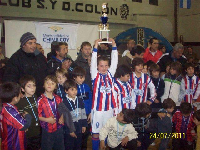 Los chicos de San Lorenzo de Rawson luego de recibir las medallas y los trofeos.