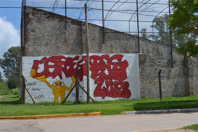 11.2.14- Alumnos de 6º Año de la Extensión de la Escuela Media  Nº 2 de Castilla pintaron como cierre del proyecto de la materia Arte del ciclo lectivo 2013, dictada por la profesora Bibiana Sosa, un mural para la comunidad. El mismo está ubicado en la cancha de pelota a paleta, sobre avenida 9 de Julio y se hizo con el aporte de pintura realizado por la Municipalidad de Chacabuco. Los autores fueron los alumnos Belén Moglioni, Julieta Pérez, Nahuel Blachere, Mauricio Perretti y Lucas Ezeiza.
