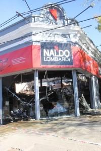Frente del edificio de Naldo Lombardi ncendiado. Foto: Kotata.