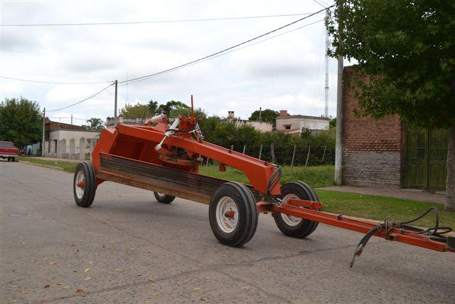 27.3.14- En la mañana de hoy, llegó a Rawson una máquina niveladora de arrastre, la cual será utilizada para el arreglo de calles y caminos rurales cercanos a la localidad.