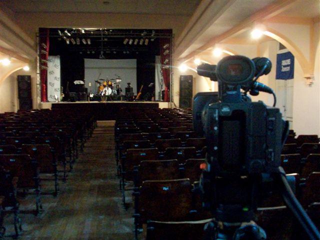 """Una de las cámaras de """"Canto Popular"""" que sale al aire a través de Argentinísima Satelital grabó el espectáculo de anoche en el Teatro Italiano de Rawson."""