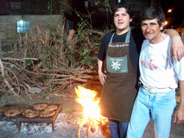 Diego Grueira y Omar Auber, los responsables de la parrilla, fondos que fueron para la Comisión de la Escuela de Actividades de Rawson.