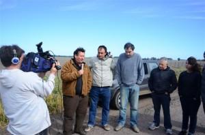 Los concejales Radicales son entrevistados por Juan Carlos Malavolta, del canal local de TV.