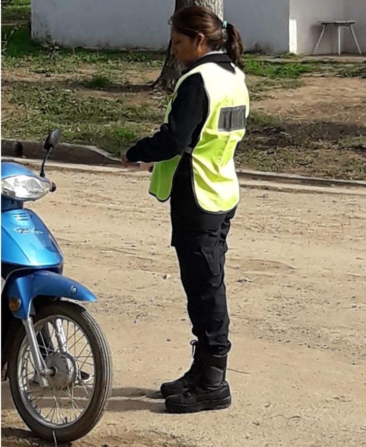 Agente de Tránsito durante el operativo realizado en Rawson
