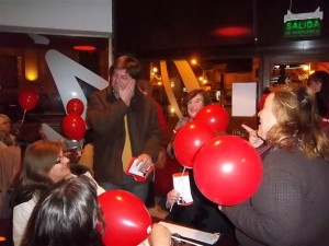 La ola roja y Jorge Ortega inundaron de globos y alegría la Av. Alsina de Chacabuco.