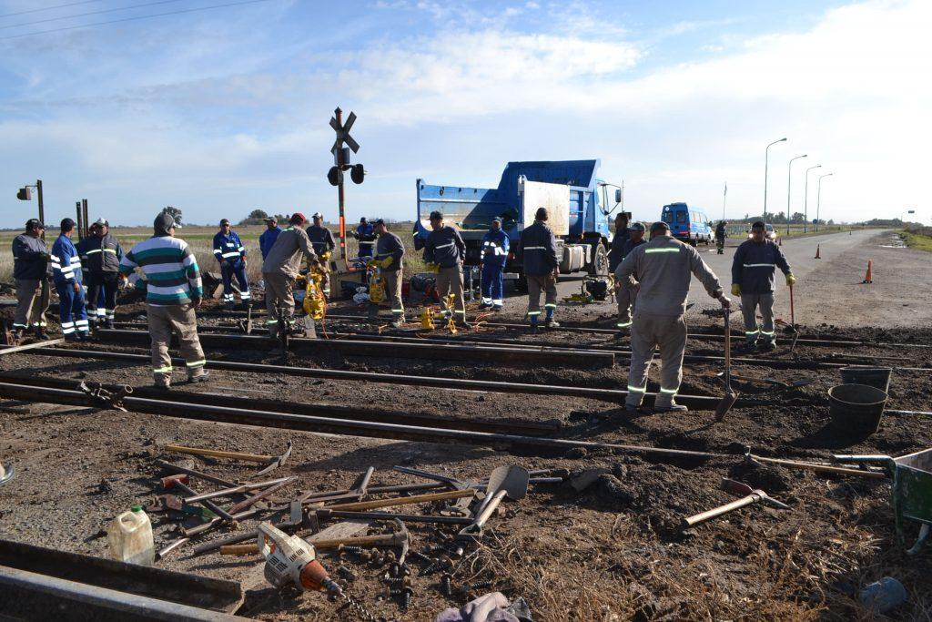 Personal de Vía y Obras de Trenes Argentinos, Línea San Martín, reparando el paso a nivel de RP51 y acceso a Rawson