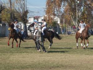 """Imagen de uno de los partidos entre """"Los Redomones"""" de Rawson y """"El Fogón"""" de Chivilcoy en categoría menores."""