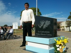 Pedro Alberto Correa junto al monolito Héroes de Malvinas en Rawson en su homenaje.
