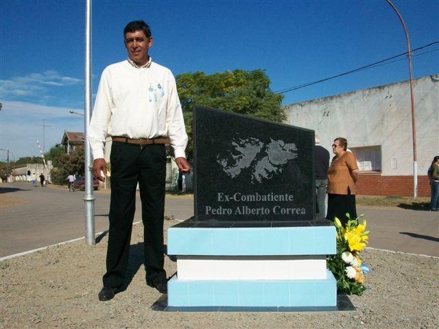 Pedro Alberto Correa en el acto realizado el pasado año dónde se dejó inaugurado el monolito Héroes de Malvinas en Rawson en su homenaje.