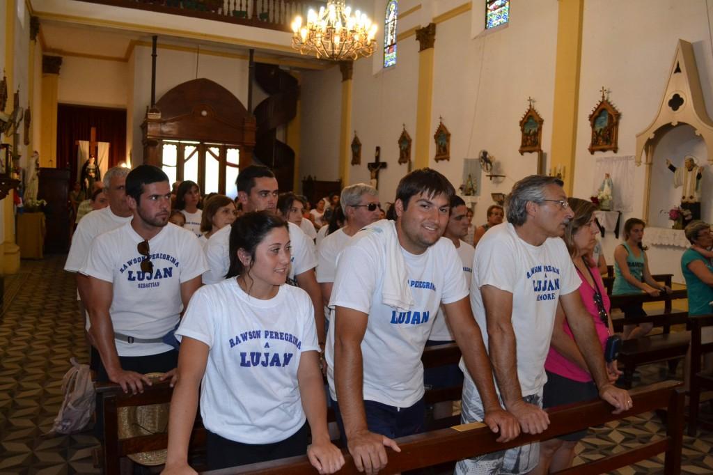 Los peregrinos recibiendo la bendición en la Iglesia Inmaculada Concepción.