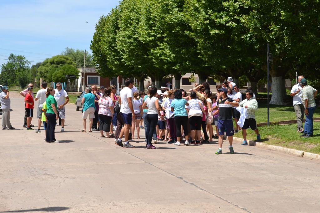 Los peregrinos antes de partir, frente a la Iglesia Inmaculada Concepción.