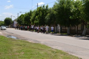 Los peregrinos a pie a Luján saliendo de Rawson por avenida Vieytes.