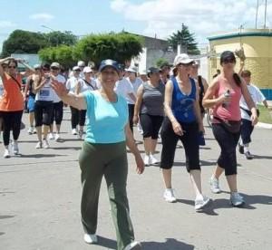 Los peregrinos transitando por la avenida Guillermo Rawson.
