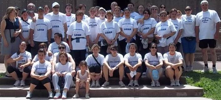 Los peregrinos a pie a Luján antes de partir en las escalinatas de la Iglesia Inmaculada Concepción de Rawson.