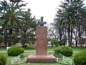 Imagen del busto al General San Martín ubicado en la Plaza Principal de Rawson.