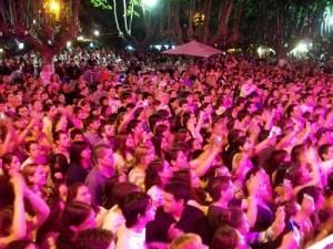El público siguiendo la actuación de Banda XXI en la edición pasada de la Fiesta Provincial de la Primavera.