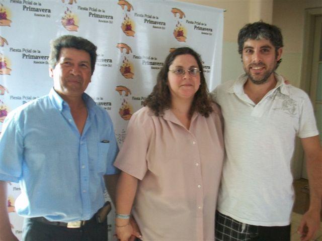 Los Músicos Emiliano Chamorro, Gabriela Goncalves y Juan Santillán que abrieron los shows el domingo durante la 3º jornada de la Fiesta.